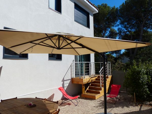 Location Sausset-les-pins - le jardinet privatif de l'appartement avec parasol table chaises barbecue...
